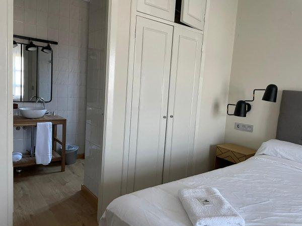 Hab 12_22 Vista zona armario y baño horizontal sin luz